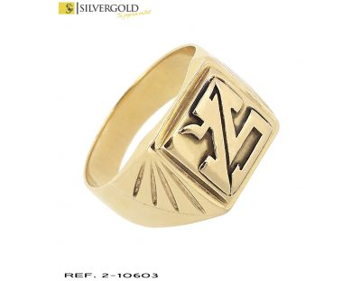 Anillo T23 estilo sello con labrados laterales y filigrana central en relieve